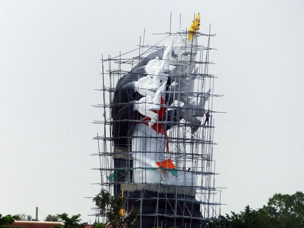 Statue en construction au bord du Chao Phraya