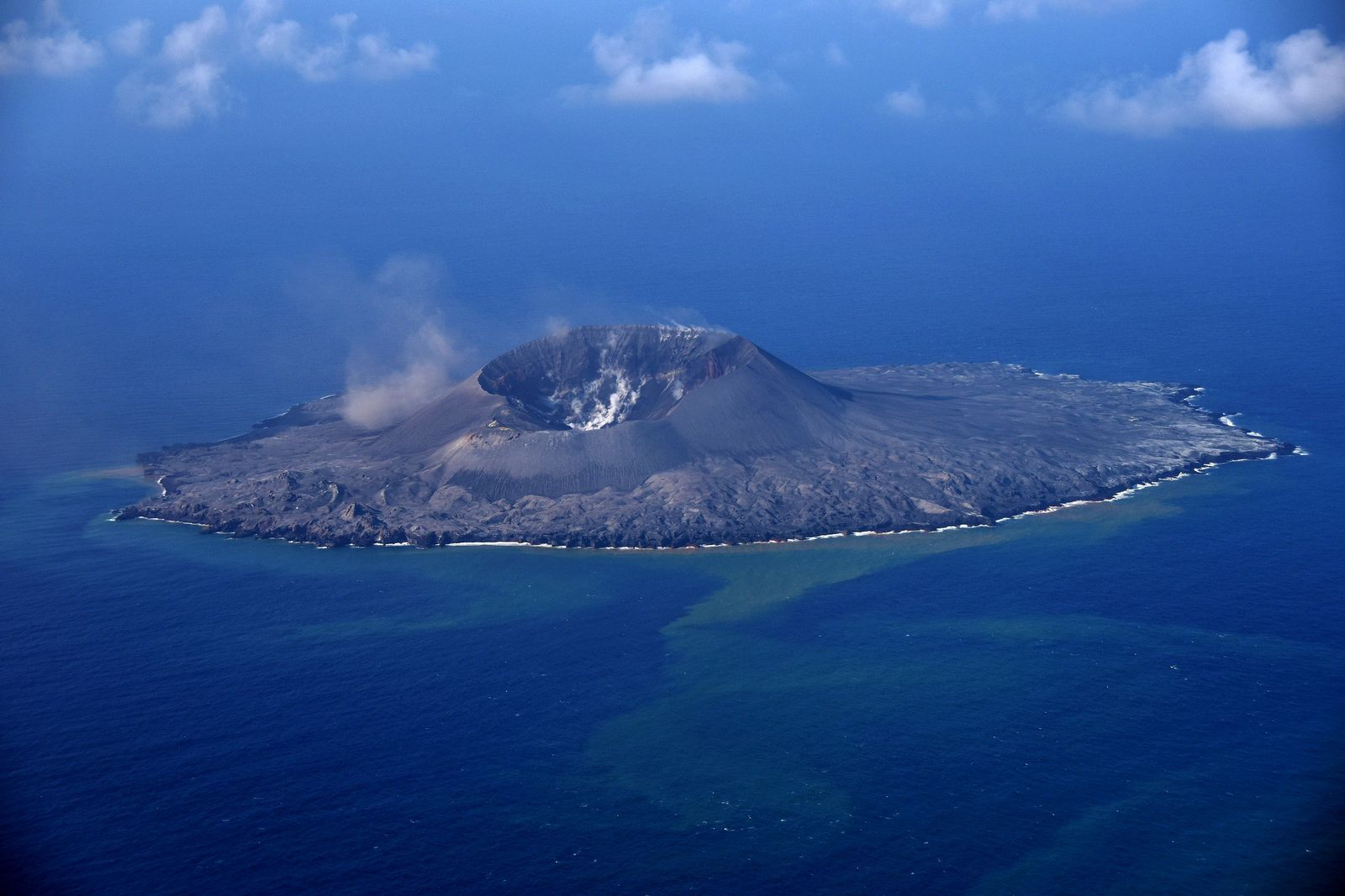 Nishinoshima - overview of 24.11.2020 - no activity; large dispersion of discolored water - photo Japan Coast Guards
