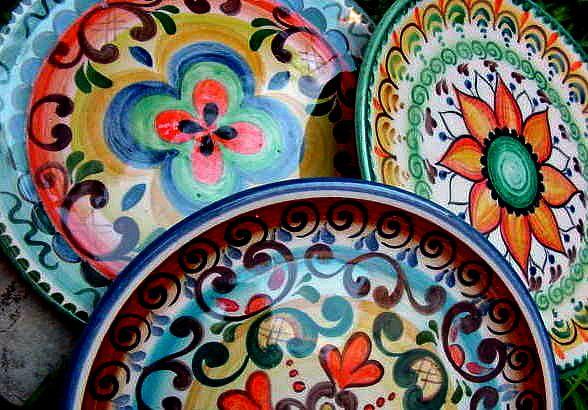 platos playos, con decoración estilo mexicana. Muy coloridos. esmaltes no plúmbicos.