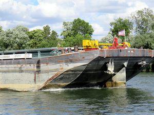 """Bateau de plaisance """"Délos"""" et automoteurs fluviaux sur la Seine"""