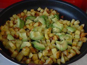 Poêlée de pommes de terre aux avocats et œufs