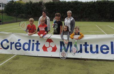 Sept raquettes remises aux jeunes joueurs de tennis