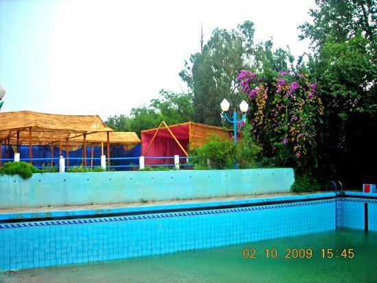 Dommage , il pleuvait sur Miliana. Nous étions hors saison et la piscine était fermée. Le bassin n'était donc pas en eau, si ce n'est par les eaux de pluie très abondantes les jours derniers. Merci au tenancier qui m'a toutefois fourni l'accè
