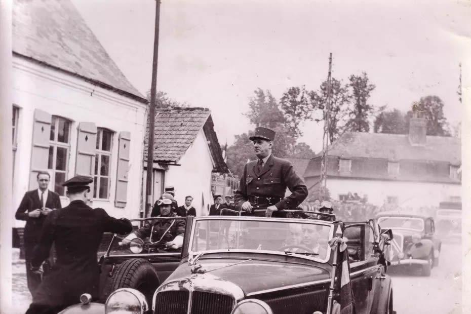 29 mai 1949, le Général de Gaulle de retour à Huppy dans la Somme pour le rassemblement de la 4e DCr. • © ASPACHuppy