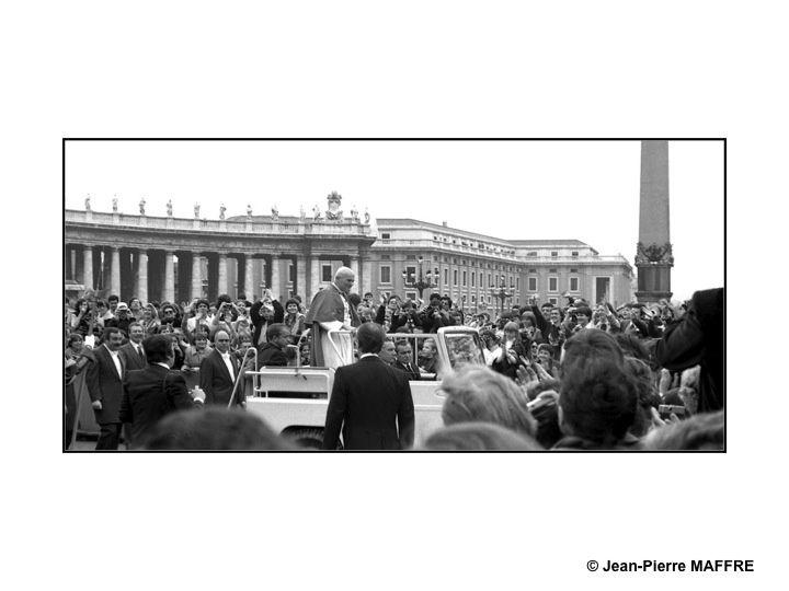Lors de son audience du 11 avril 1979, le Pape Jean-Paul II est entouré de ses fidèles sur cette place mondialement connue.