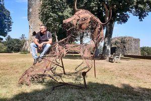 Un minotaure au pied de la tour Mélusine à Vouvant /Article Ouest-France du 4 aout 2020