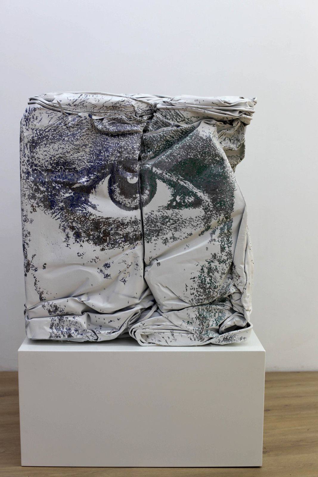 """Contract Serie #1"", 2020 de VHILS - Courtesy Galerie Danysz - Paris © Photo Éric Simon"
