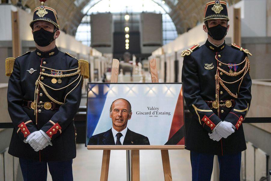 Livre d'or et drapeaux en berne, la France salue Valéry Giscard d'Estaing
