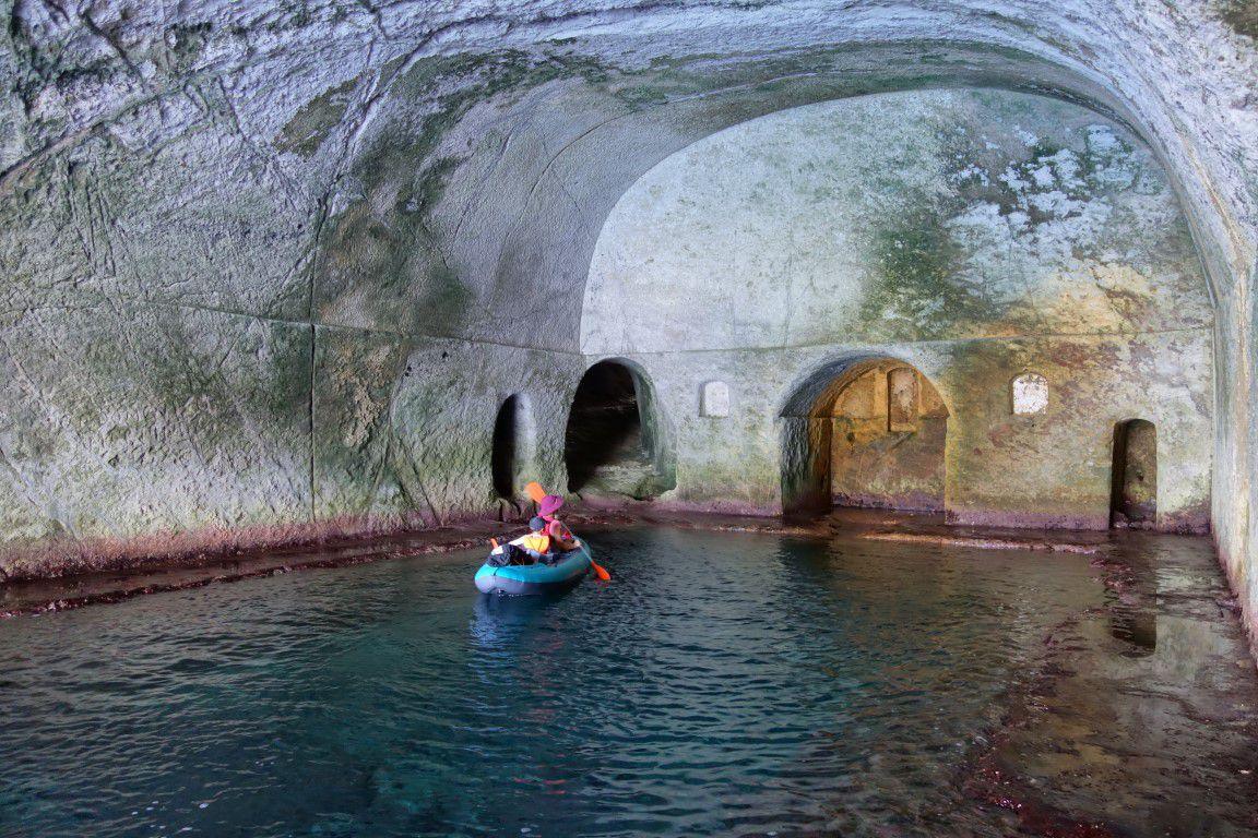 dans les grottes de Pilate creusées à l'époque romaine