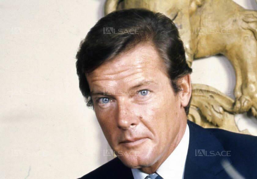 """Roger Moore en 1973 - Roger Moore en 2002. invité à Londres pour la première de Meurs un autre jour, avec Pierce Brosnan - En 1959 dans la série """"The Alaskans"""""""