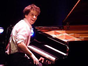 pierre yves plat, un grand pianiste et comédien qui monte, un répertoire de chopin à ray charles  et de stevie wonder