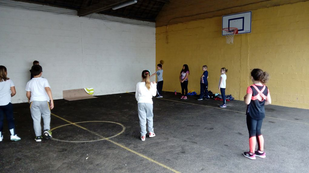 """Un peu de sport à l'école, ici """" un ballon prisonnier"""" en septembre"""