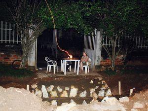 Le travail s'est terminé tard... En compagnie de Benoît, nous attendons notre taxi à la lueur d'une lampe tempête... La marchande de farine de manioc vient de servir sa dernière cliente.