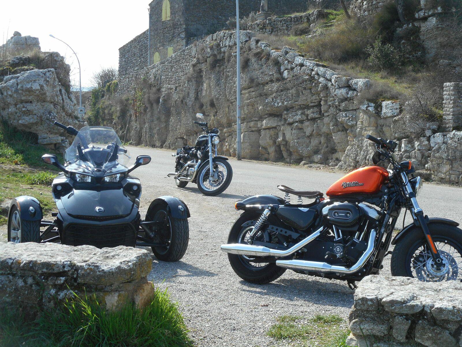 Le village de Viens en Harley Davidson