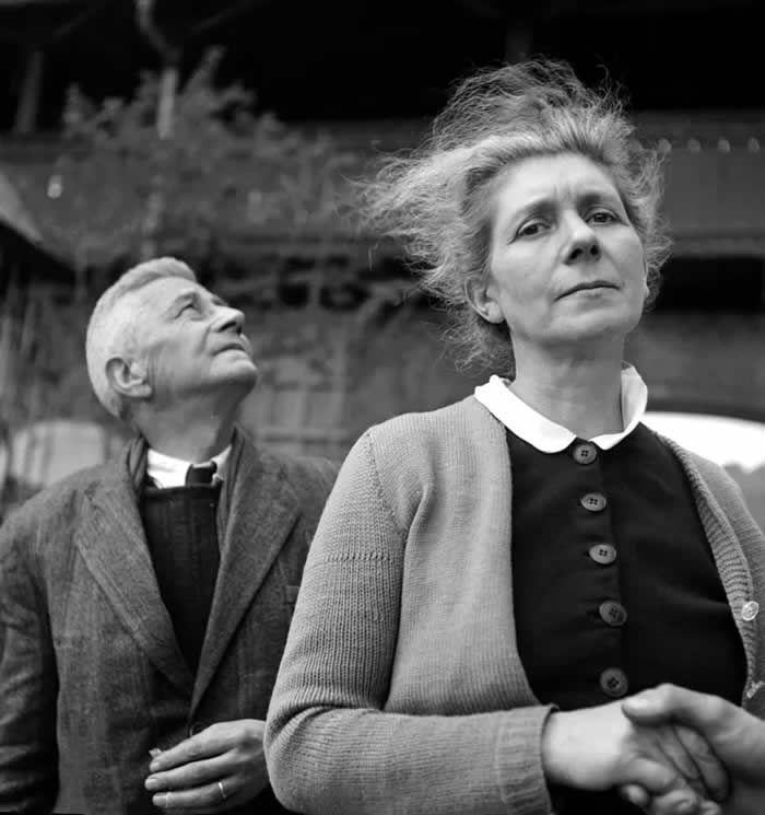 AFP/ERIC SCHWAB 5 mai 1945, Marie-Agnès Cailliau, soeur aînée du général de Gaulle, et son mari, au château d'Itter. Entrée dans la Résistance en 1940, Marie-Agnès Caillaux est arrêtée en 1943 avec son mari Alfred Cailliaux (derrière elle). Elle est déportée à Godesberg, son mari à Buchenwald. Ils sont arrivés au château d'Itter le 14 avril 1945.