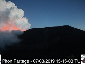 Piton de La Fournaise - 07,03,2019 / 3:15 pm - 3:18 pm - the glow of the current eruption visible on 4 webcams simultaneously - Webcams OVPF - one click to enlarge