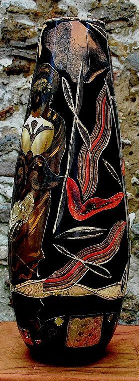 Collage sur vase bambou peint noir et touches or (H. 60 x C. 60)