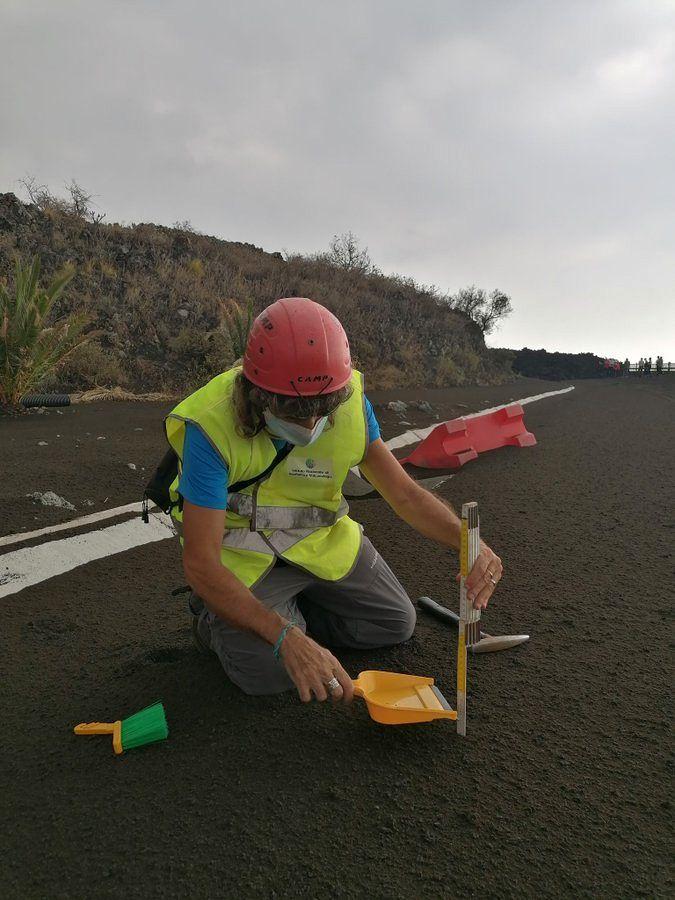 La Palma / Cumbre Vieja - des collègues de l'INGV mesurent l'épaisseur de cendres à environ 1 km : 3 cm. - Doc. InVolcan 22.09.2021