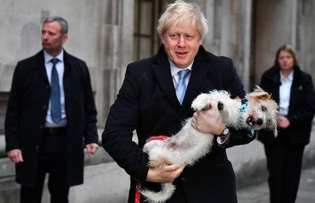 Boris Johnson emmène son chien au bureau de scrutin pour les élections britanniques aujourd'hui (photos)