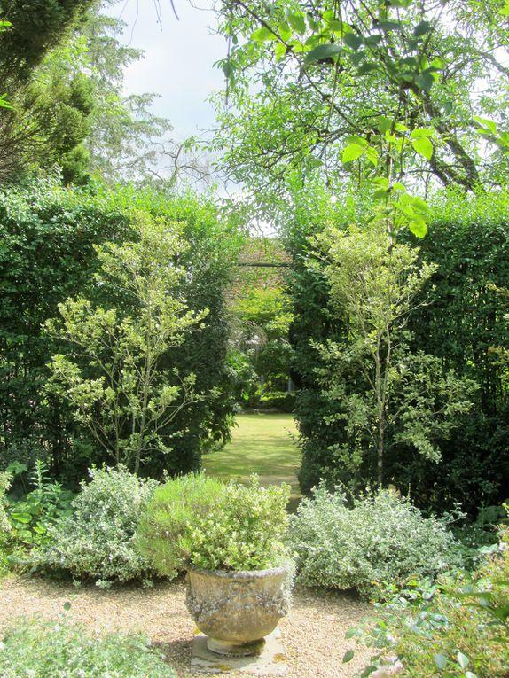 Les jardiniers ont créés de petits espaces clos, mais qui sont toujours accompagnés de nouvelles perspectives. Ce qui fait, que l'on se laisse prendre par la main par cette nature accueillante, pour aller de surprise en surprise.