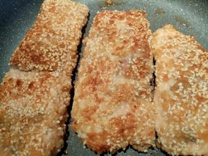 Saumon croustillant, riz à la mangue et vinaigrette sésame oignon de Cyril Lignac dans tous en cuisine