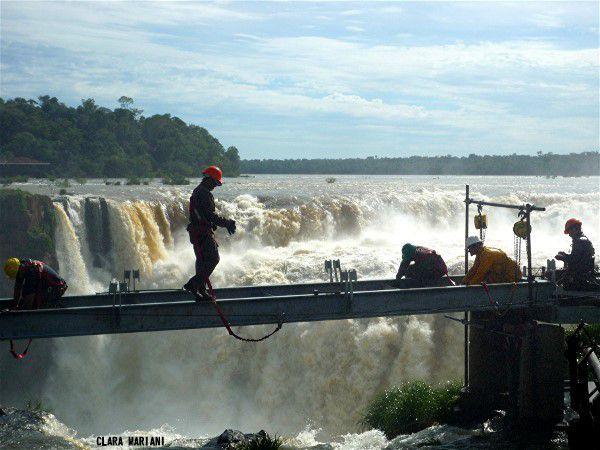 Gorge du Diable - réparation des poutrelles métalliques du chemin (1,1 km) qui permet l'accès à la plus grande des cascades d'Iguazu féquemment endommagé par les crues et la violence du courant. Argentine. (laisser les images défiler)