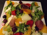 Petite salade accidulée,ou quand le kiwi et la manzana rencontrent les cerises au vinaigre..