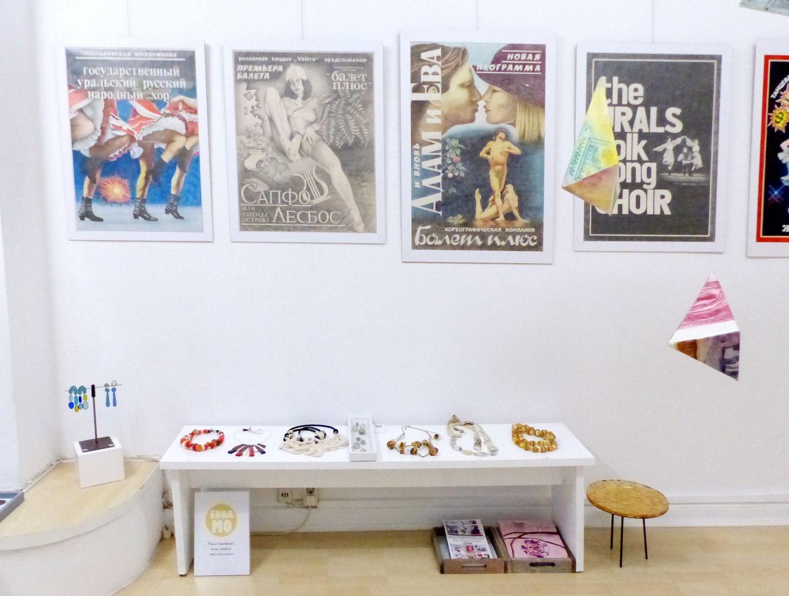 Links im Raum direkt unter den Plakaten für Russische Volksmusik und Ballet-Aufführungen die Präsentation meiner Ketten.