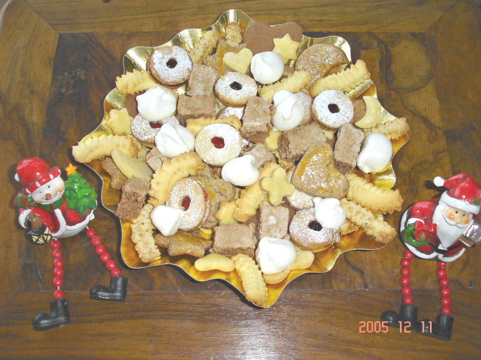 Butterbredle - Spritzbredle - Spritzbredle aux amandes - Sablés au chocolat en forme de coeur - Schwowebredle à la cannelle - Coquins gelée groseille et gelée mure - Petites Meringues - Croquets à l'orange