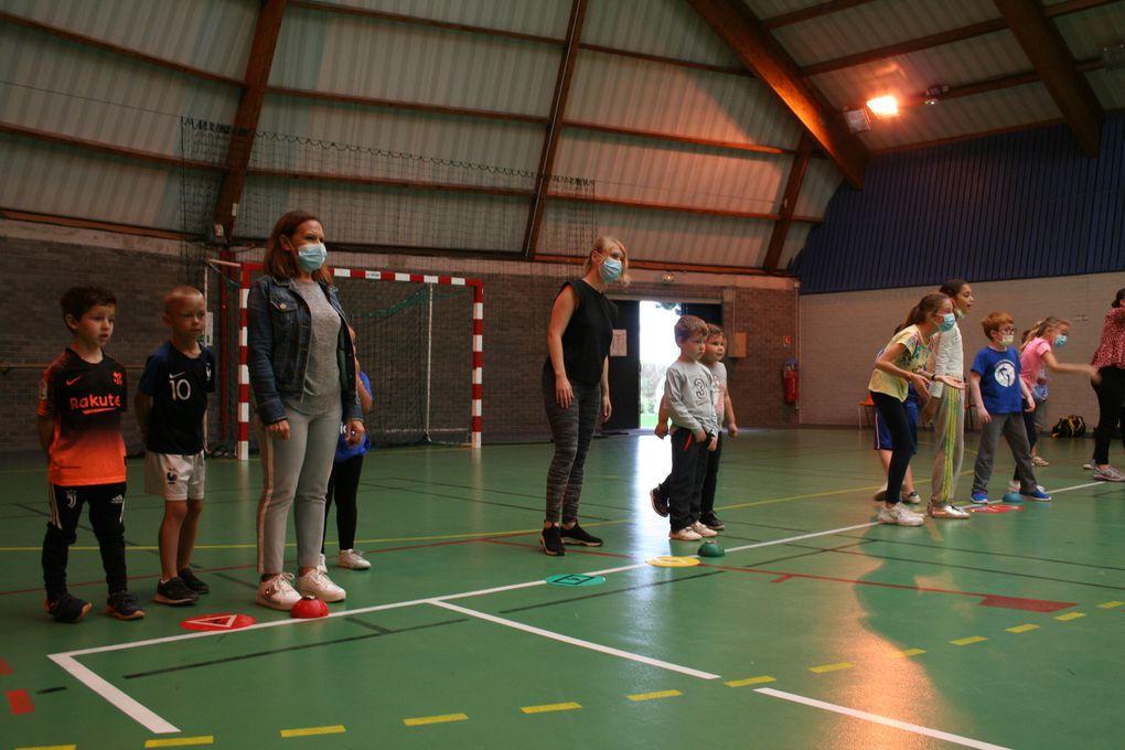 """Lundi 09 Août 2021. Lors du stage """"Sports Fun"""", les enfants découvrent de nouveaux sports comme le jeu de relais basé sur la mémoire des chiffres; un jeu mêlant la course et la mémorisation."""