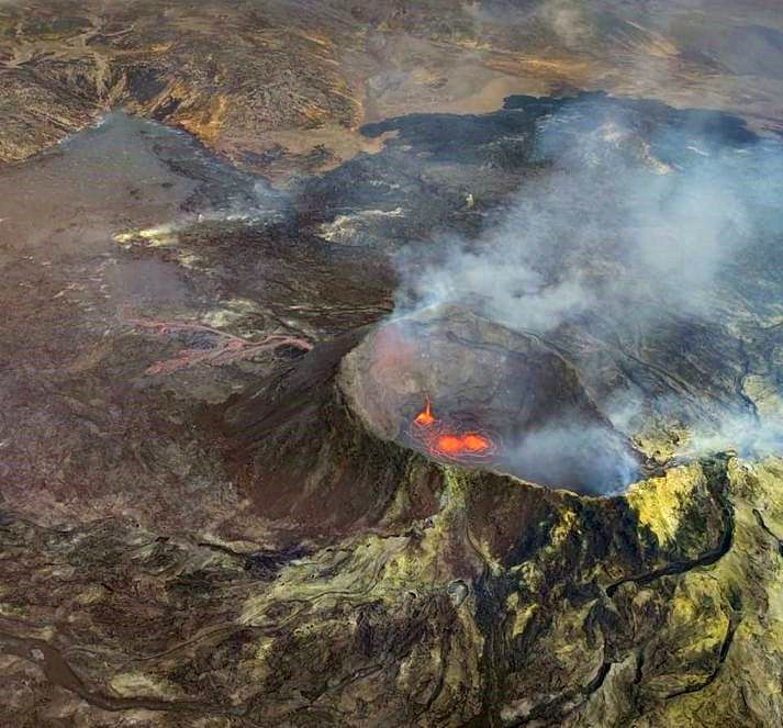 Fagradalsfjall - Activity in the crater and lava flow from an orifice at the base of the cone (left) on 09/11/2021 around 10 a.m. - photo from the video Visir / Matthias Vogt