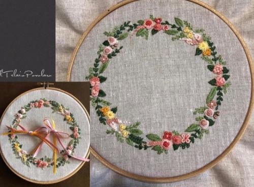 Tanti fiori colorati anche per il ''cuscinetto'' da sposa ricamato a punti tradizionali
