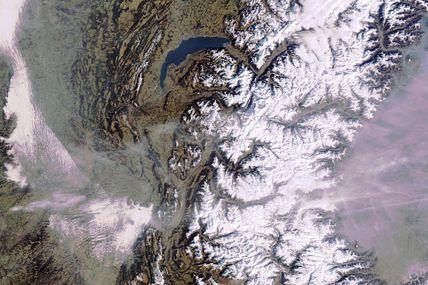 Vacances de février : des hauteurs de neige inférieures à la normale dans les stations françaises. Alpes et Pyrénées vues par le satellite européen Envisat