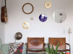 Une cuisine blanche, des meubles vintage et un esprit pratique
