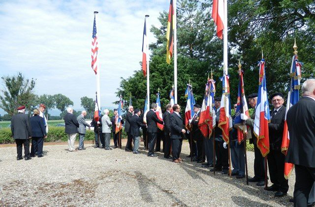 Les drapeaux pendant les hymnes nationaux et le chant des enfants- remerciements aux porte-drapeaux