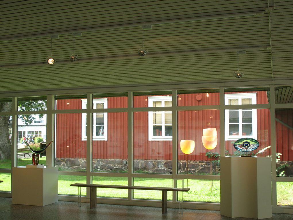 """Locaux et galerie d'exposition du groupe """"Kosta Boda"""" (Suède), pour lequel travaillent plusieurs maîtres-verriers.  Plus d'infos sur :  http://www.artglassvista.fr/fre/Kosta_Boda/"""