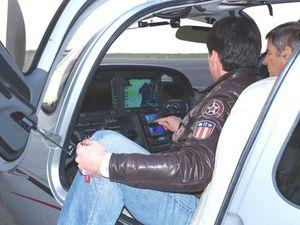 Les membres du club visitent l'appareil et notamment le glass-cockpit.