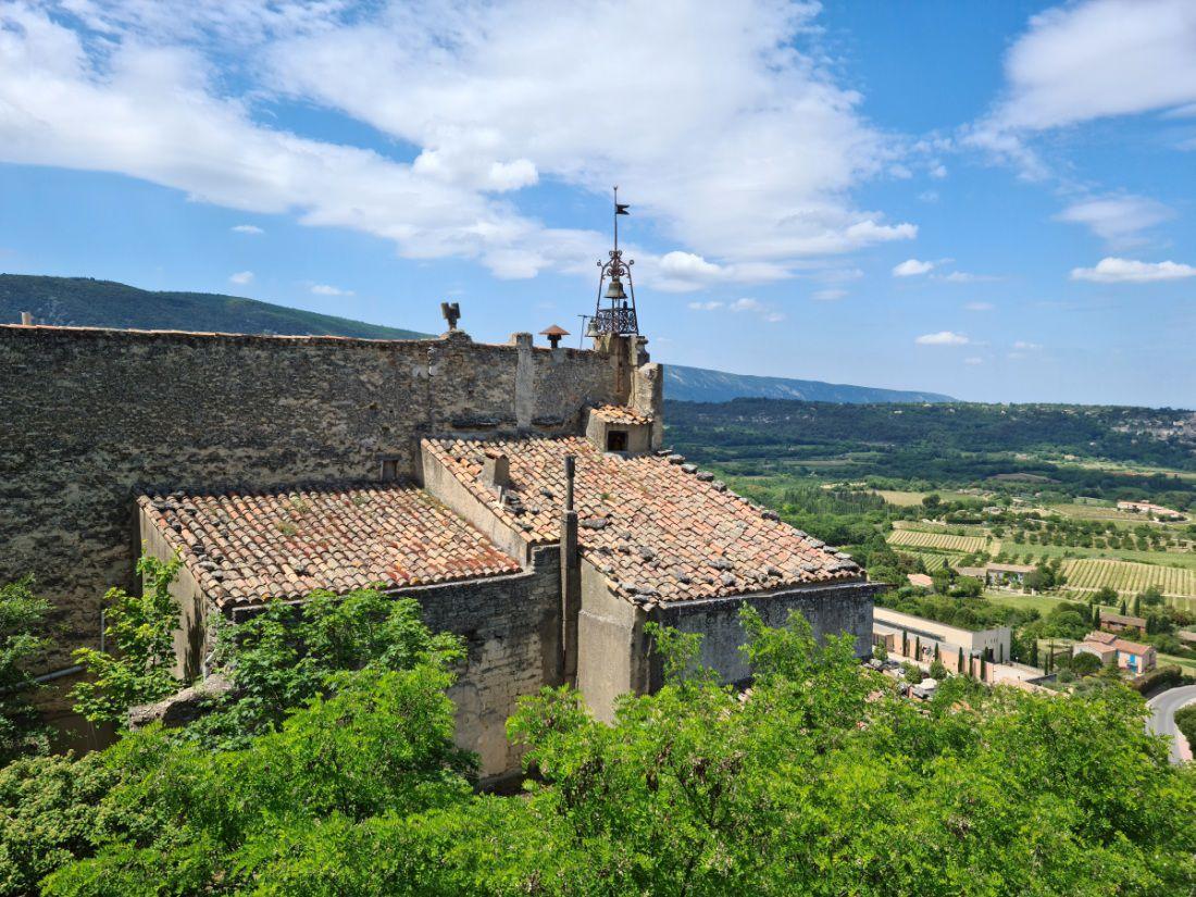 Village perché du Luberon, posé en paliers à flanc de falaise