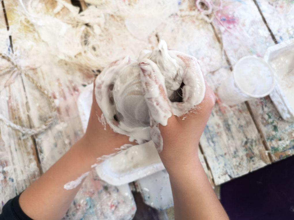 Nous fabriquons de grandes graines en plâtre avec des ballons et des bas comme support