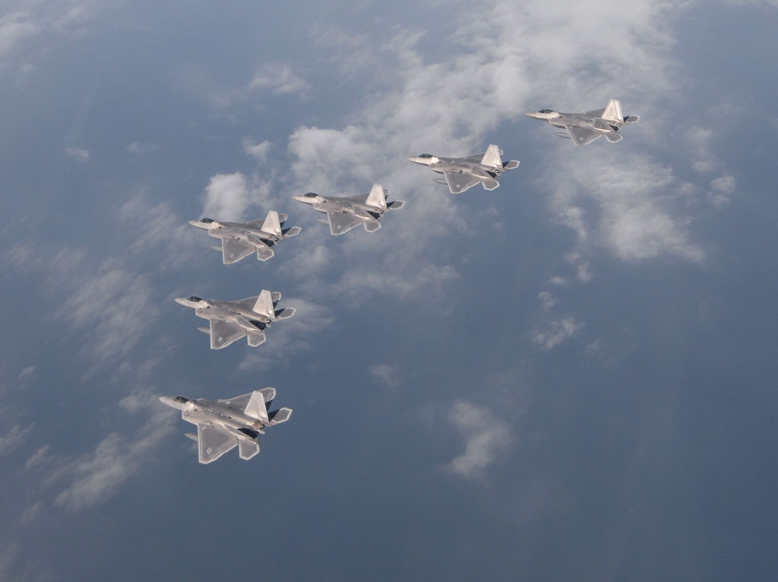 Photo : © US Air Force - Formation de six F-22 Raptor du 94th Fighter Squadron.