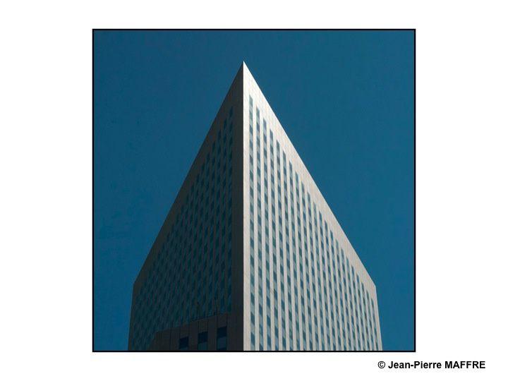 La Défense, avec ses tours, est le quartier d'affaires de Paris. Tels des minéraux, les tours nous offrent des lignes pures dans lesquelles la lumière crée des effets cristallins.