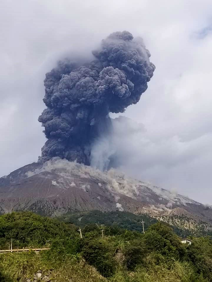 Sakurajima - panache de cendres et retombées de blocs sur les flancs le 02.12.2020 - doc. https://www.facebook.com/photo?fbid=3337969259635043&set=pcb.3074597649491155