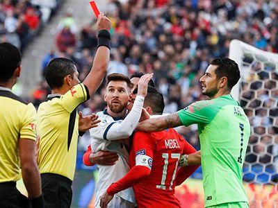 CR7 nhận thẻ đỏ nhiều gấp 5 lần so với Messi