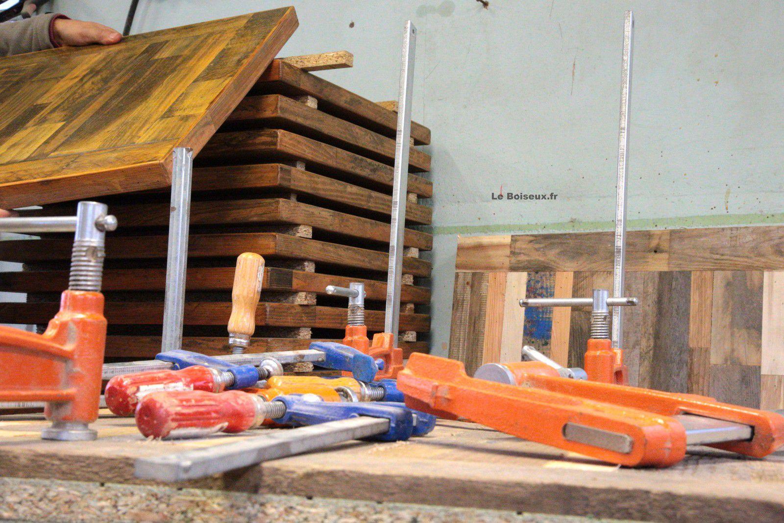 Le Boiseux encourage les essences de bois à affirmer leurs patines respectives et somme à chacune des planches de conserver son aspect brut, sombre et bourru.