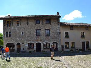 La place du Tilleul, jadis occupée par des halles de bois, a servi de décor à plusieurs films de cape et d'épée,....