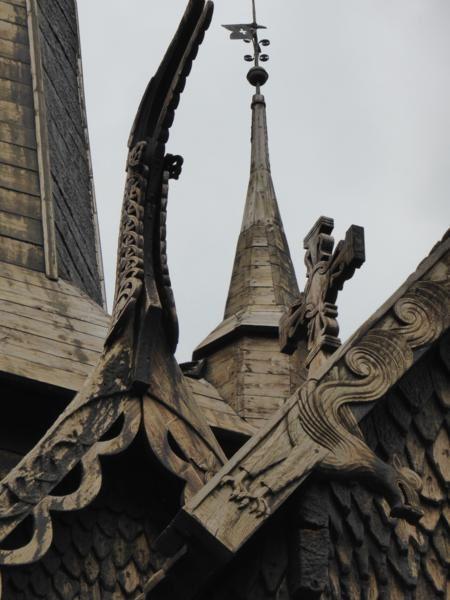 des toits aux magnifiques motifs sculptés...
