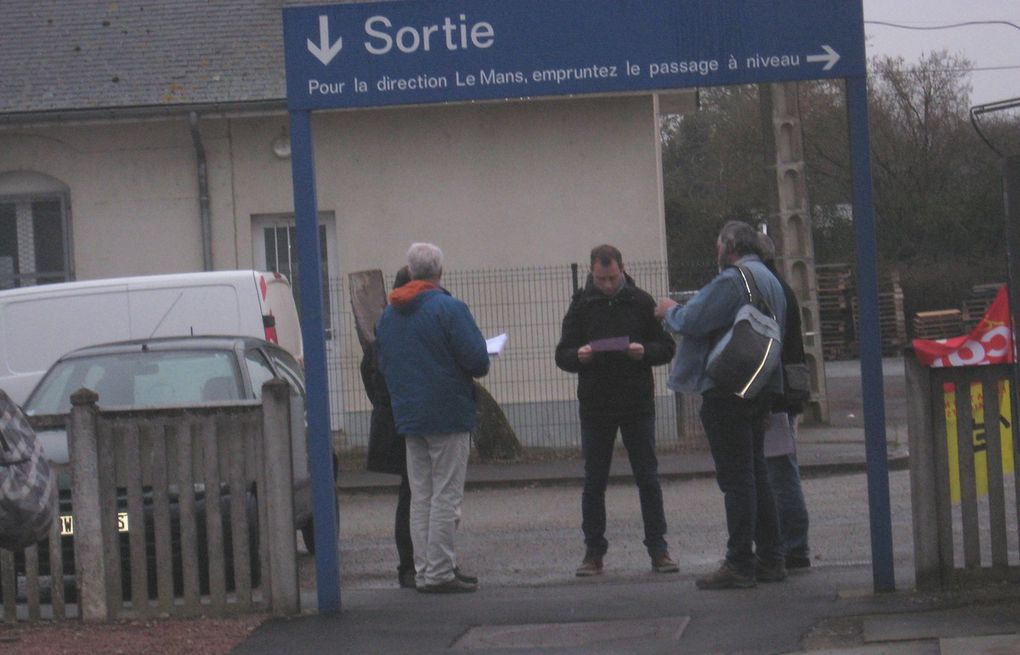 Comptage : 519 signatures sur la pétition. C'est une journée positive. Déploiement du Syndicat CGT Cheminots Sarthe sur l'axe Caen-Le Mans-Tours : distribution d'un tract et signature d'une pétition dans le cadre (entre autres) de la loi Macron qui prévoit le remplacement des TER par des cars. Bon accueil de l'initiative de la part des usagers qui risquent d'être touchés dans leur quotidien.