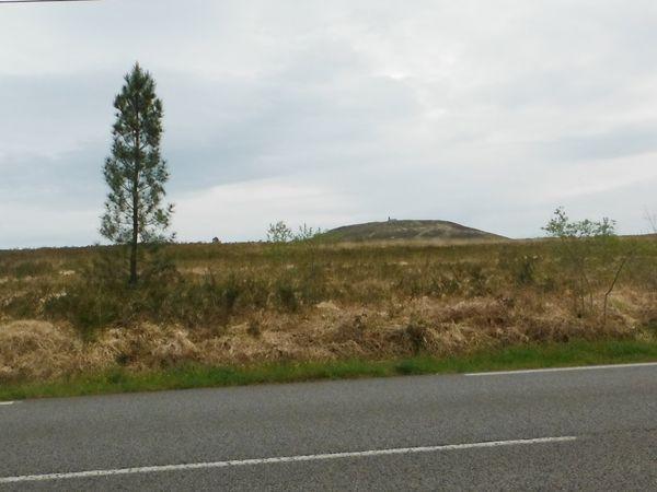 Le Mont et sa chapelle ; sur la route Brasparts-Le Roc'h Trévezel ; la route montant vers le parking ; le dernier tronçon.