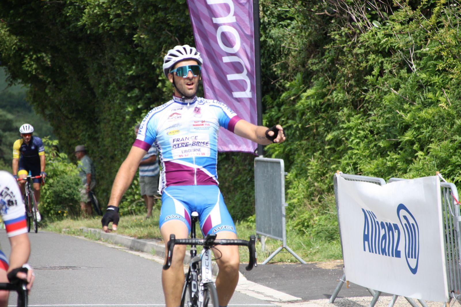 L'arrivée  et  la  victoire  pour  Frédéric  PERMENAS(AVC  Libourne)  déjà  2e  dimanche  dernier  à  Nieul les Saintes