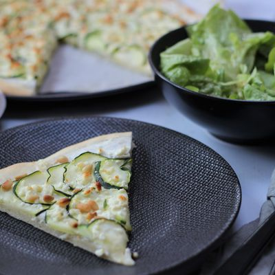 PIZZA COURGETTES FETA PIGNONS DE PIN